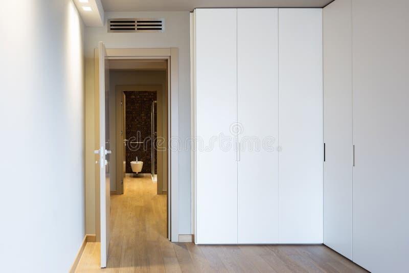 Vue de face de pièce moderne avec la grande garde-robe photo stock