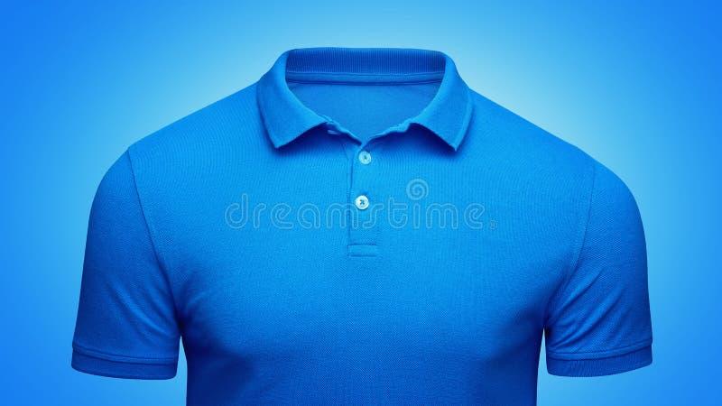 Vue de face de polo de calibre de plan rapproché bleu de concept Maquette de T-shirt de polo avec l'espace vide sur le collier po image libre de droits