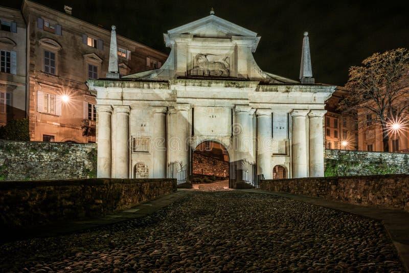 Vue de face de Porta San Giacomo dans la ville supérieure de Bergame Ni images stock