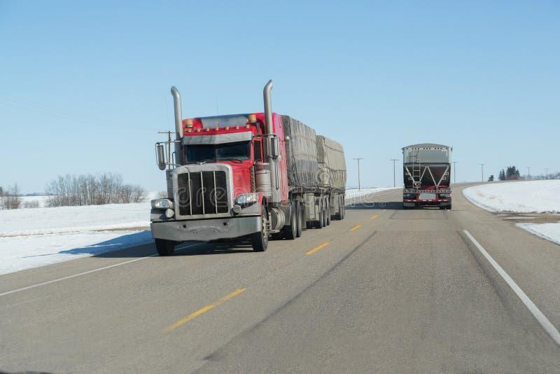 Vue de face semi d'un camion sur la route images stock
