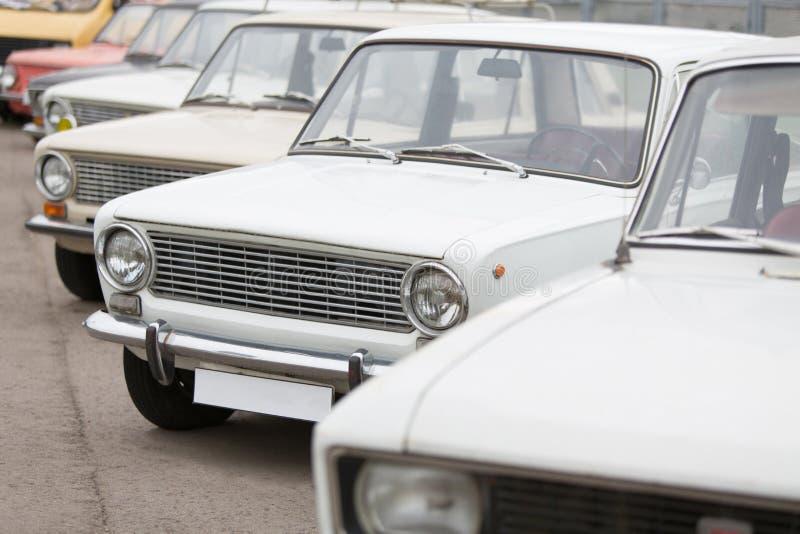 Vue de face sur des voitures dans l'exposition des voitures soviétiques de vintage image stock