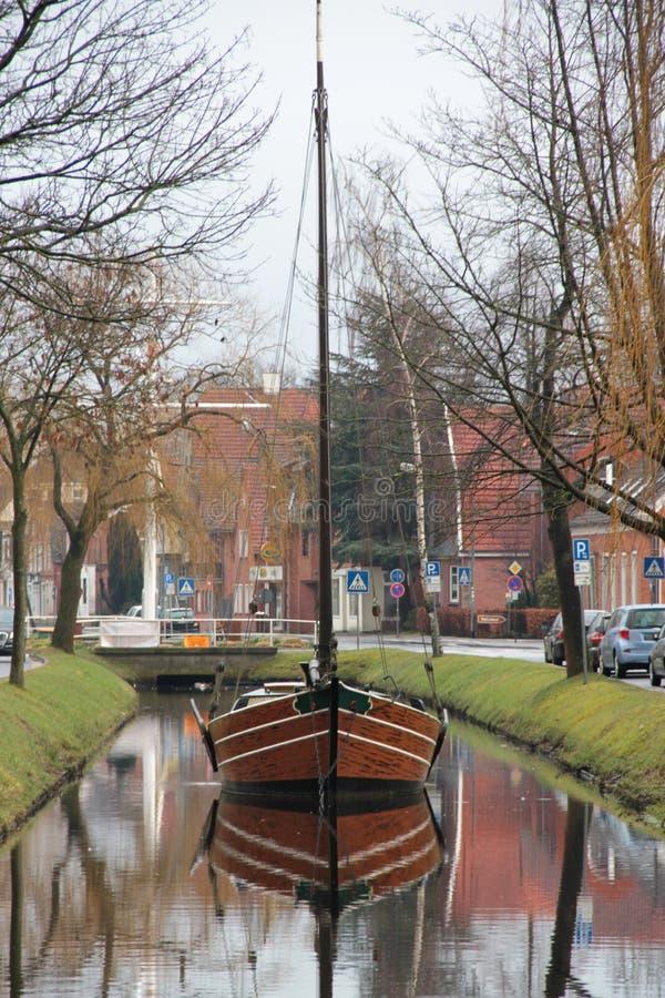 Vue de face sur un bateau de marin et sa réflexion au canal dans le papenburg Allemagne photographie stock libre de droits