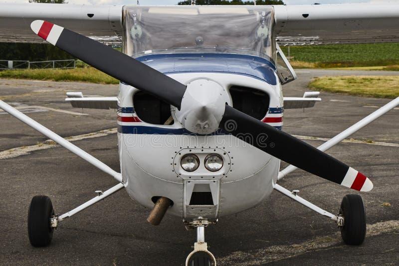 Vue de face symétrique d'avion de Cessna 172 Skyhawk 2 sur As photos libres de droits