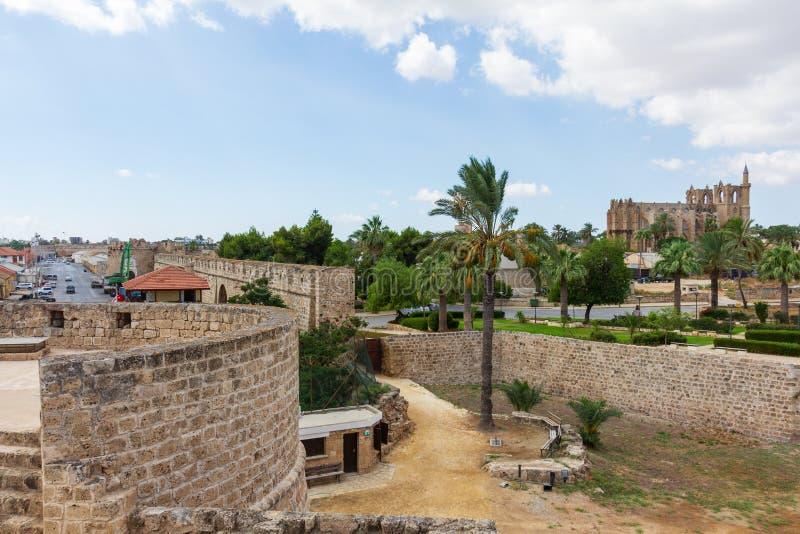 Vue de Famagusta médiéval d'Othello Tower avec la cathédrale de photos stock