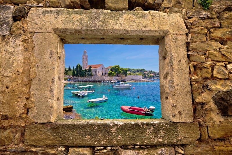Vue de fenêtre d'église et de plage d'île de Hvar photos libres de droits