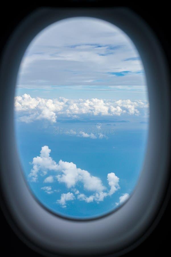 Vue de fenêtre dans l'avion images stock