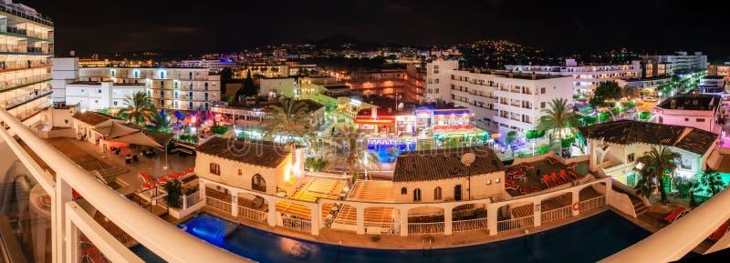 Vue de fenêtre de station de vacances de Santa Ponsa la nuit image libre de droits
