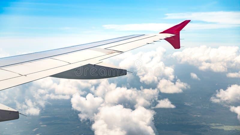 Vue de fenêtre sur le fond lumineux de ciel à la ville volante d'avion et de manteau de la vue supérieure photos stock