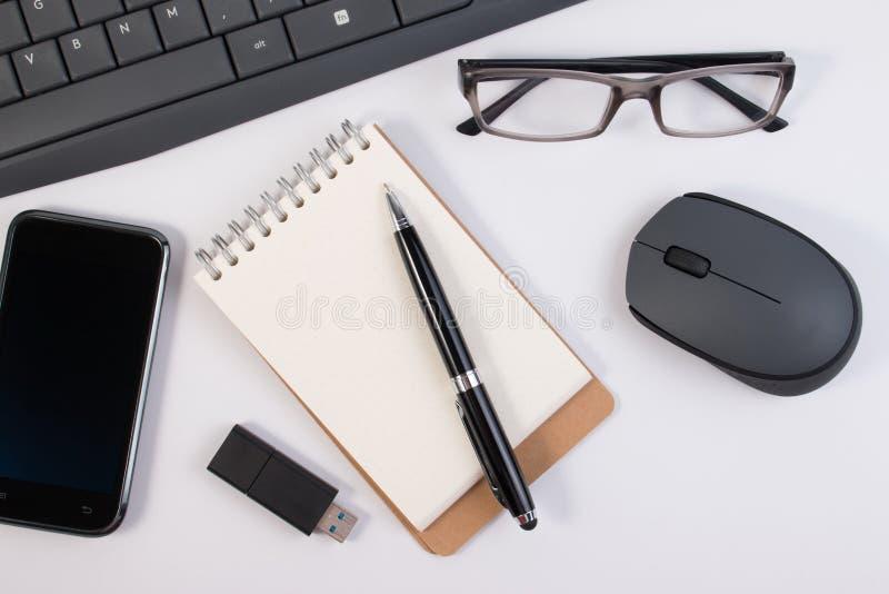 Vue de fin ci-dessus  Fournitures de bureau et dispositifs d'ordinateur photographie stock libre de droits
