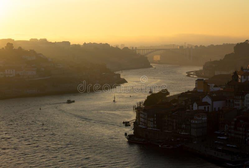 Vue de fin de l'après-midi de rivière de Douro à Porto photographie stock libre de droits