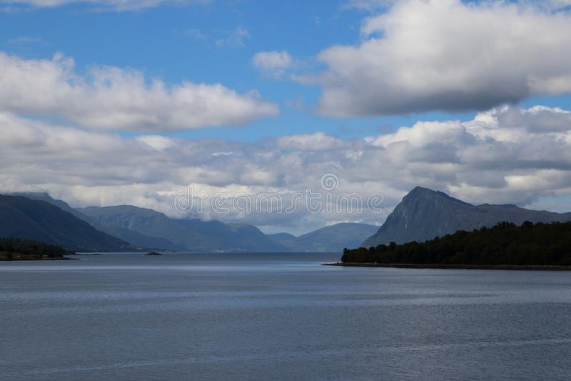 Vue de fjord au-dessus de l'eau en Norvège image libre de droits