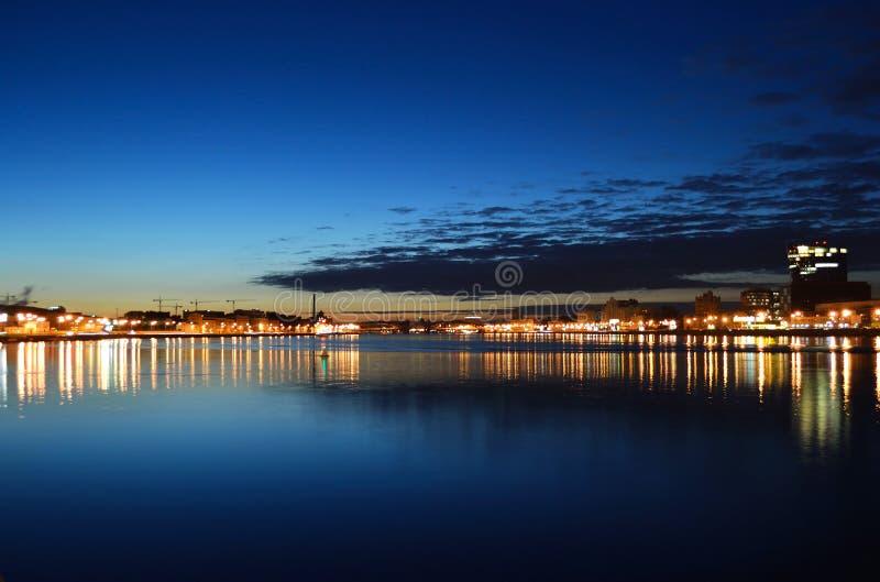 Vue de fleuve de Neva la nuit images stock