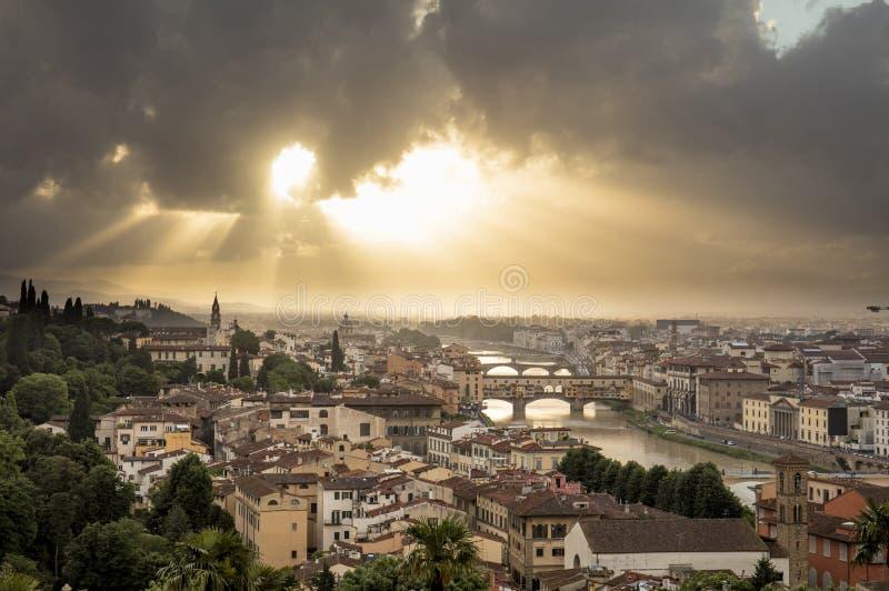 Vue de Florence pendant le coucher du soleil montrant le fleuve Arno et le Ponte Vecchio - Florence, Toscane, Italie - 24 mai 201 photos libres de droits