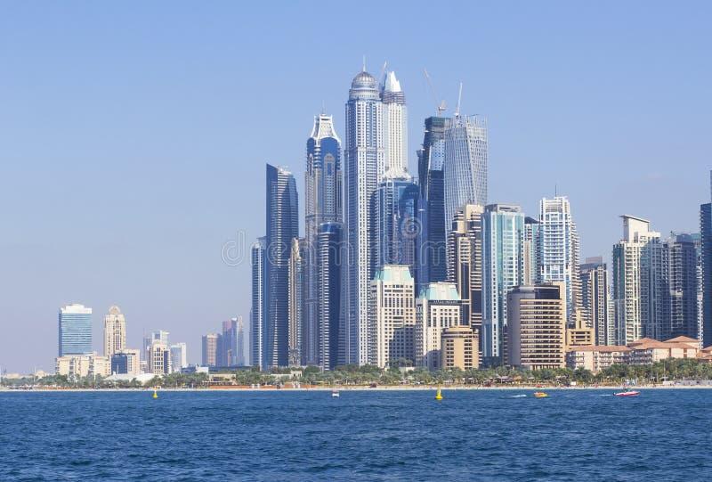 Vue de fond de la mer sur beaux gratte-ciel dans la marina de Dubaï photographie stock