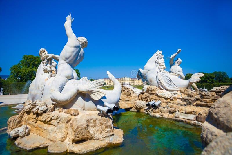 Vue de fontaine de Gloriette et de Neptune dans le palais de Schonbrunn photo libre de droits