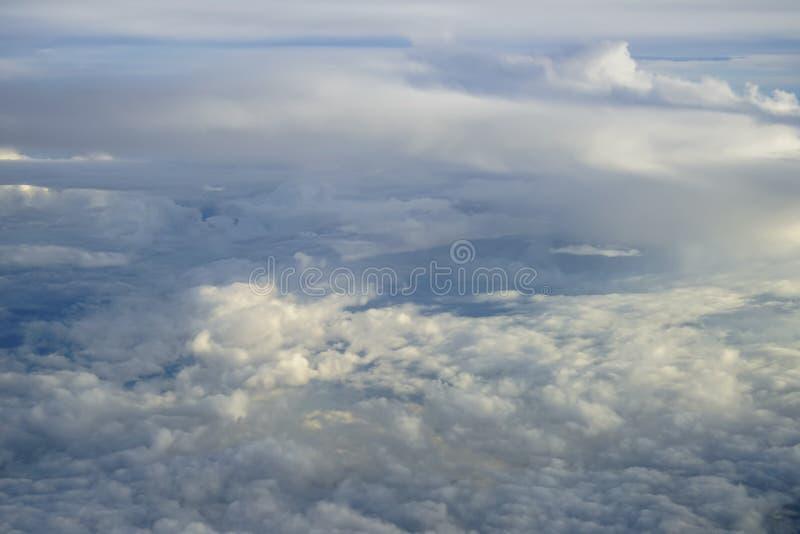 Vue de forme blanche douce abstraite de nuage avec des nuances de fond de ciel bleu de fenêtre ci-dessus d'avion de vol images stock