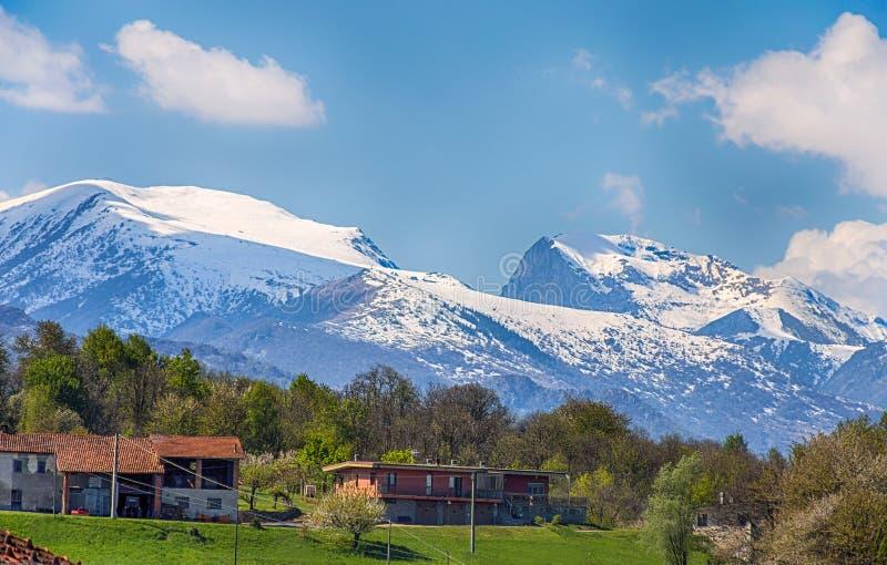 Vue de fron d'Alpes de Maritimes le côté italien dans la province de Cuneo, Piemonte, Italie photos libres de droits