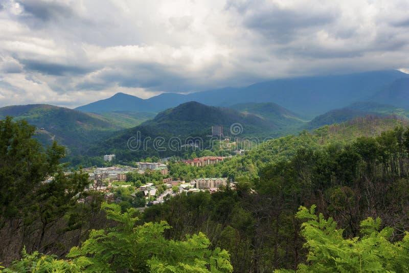 Vue de Gatlinburg Tennessee de flanc de coteau voisin images libres de droits