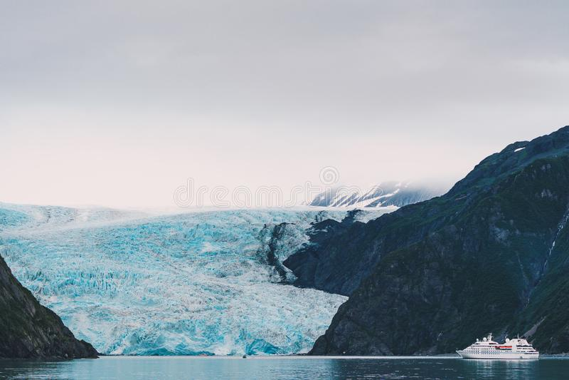 Vue de glacier de Holgate en parc national de fjords de Kenai photo stock