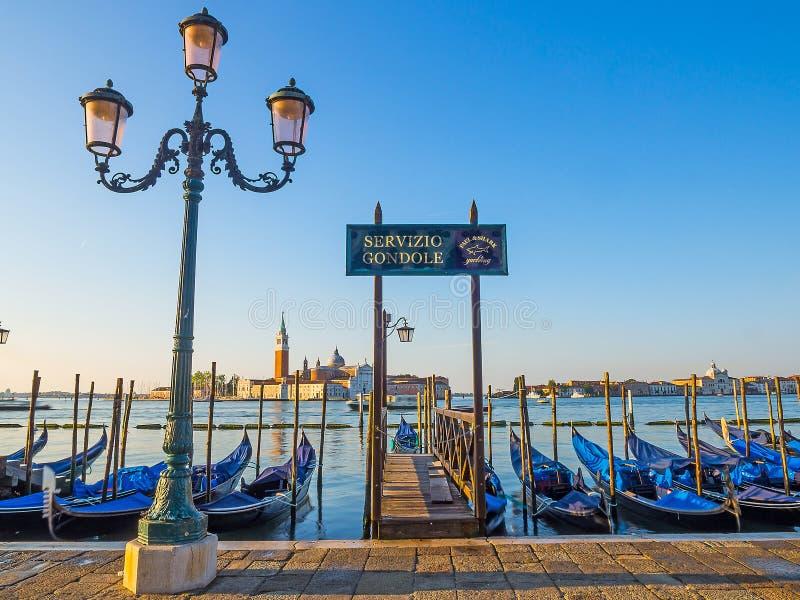Download Vue De Gondole Dans Le Début De La Matinée De Venise Image stock éditorial - Image du tôt, romantique: 77162344