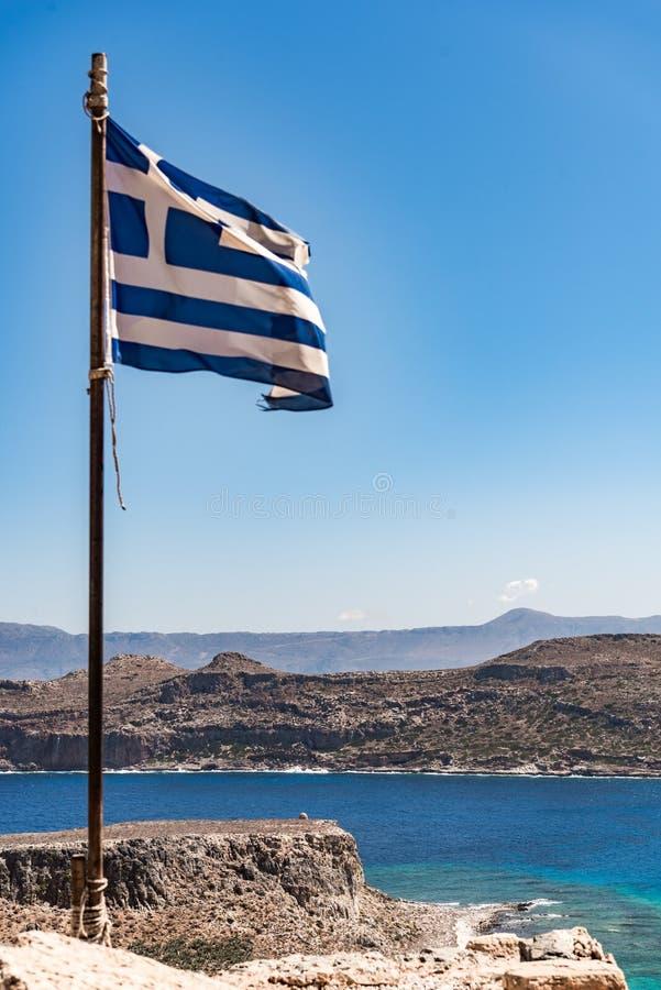 Vue de Gramvousa avec le drapeau grec photographie stock libre de droits