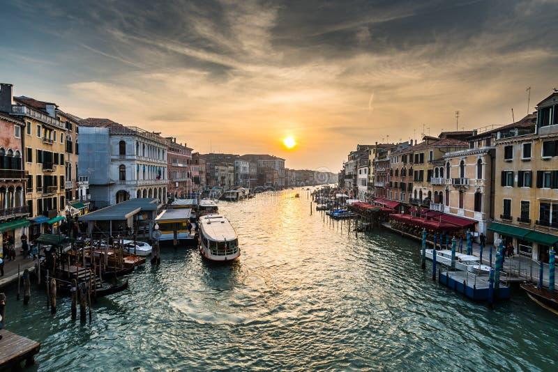 Vue de Grand Canal occupé au coucher du soleil photos libres de droits