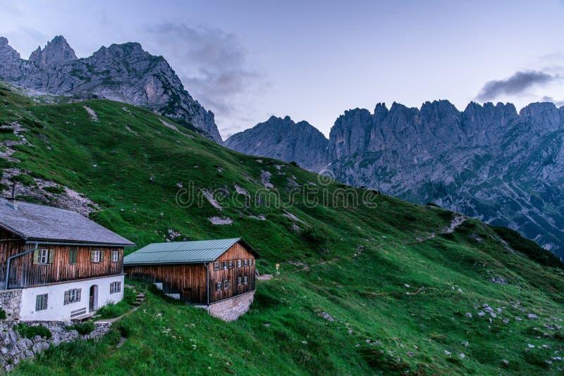 Vue de Gruttenhuette, une hutte alpine sur des montagnes de Wilder Kaiser, allant, Tyrol, Autriche - augmentant dans les Alpes de photo libre de droits