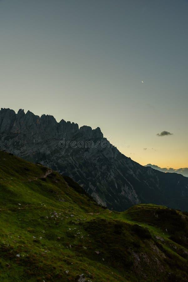 Vue de Gruttenhuette, une hutte alpine sur des montagnes de Wilder Kaiser, allant, Tyrol, Autriche - augmentant dans les Alpes de photographie stock libre de droits