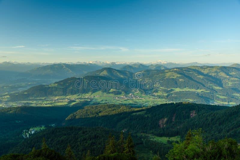 Vue de Gruttenhuette, une hutte alpine sur des montagnes de Wilder Kaiser, allant, Tyrol, Autriche - augmentant dans les Alpes de images stock