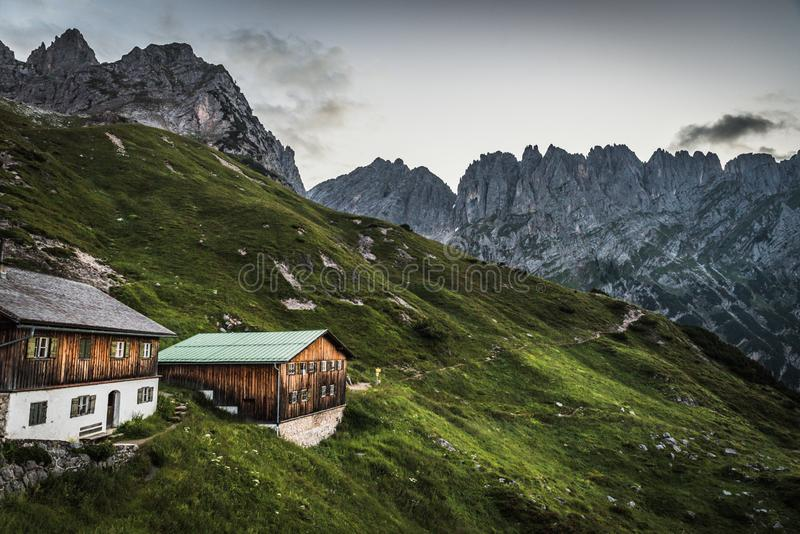 Vue de Gruttenhuette, une hutte alpine sur des montagnes de Wilder Kaiser, allant, Tyrol, Autriche - augmentant dans les Alpes de image libre de droits