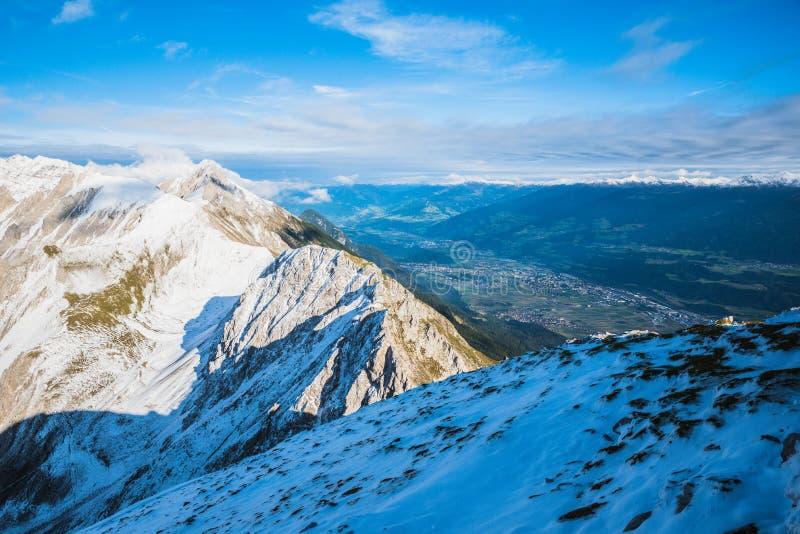 Vue de Hafelekarspitze à Innsbruck au paysage de montagne de la vallée d'Innsbruck, Autriche photo stock