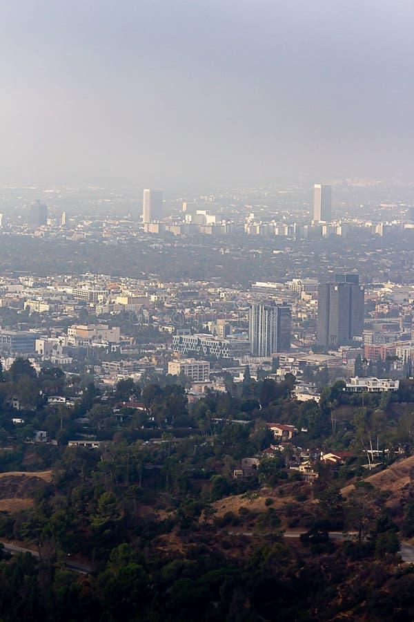 Vue de Hillside des bâtiments de Burbank et de Wilshire en brume photographie stock libre de droits