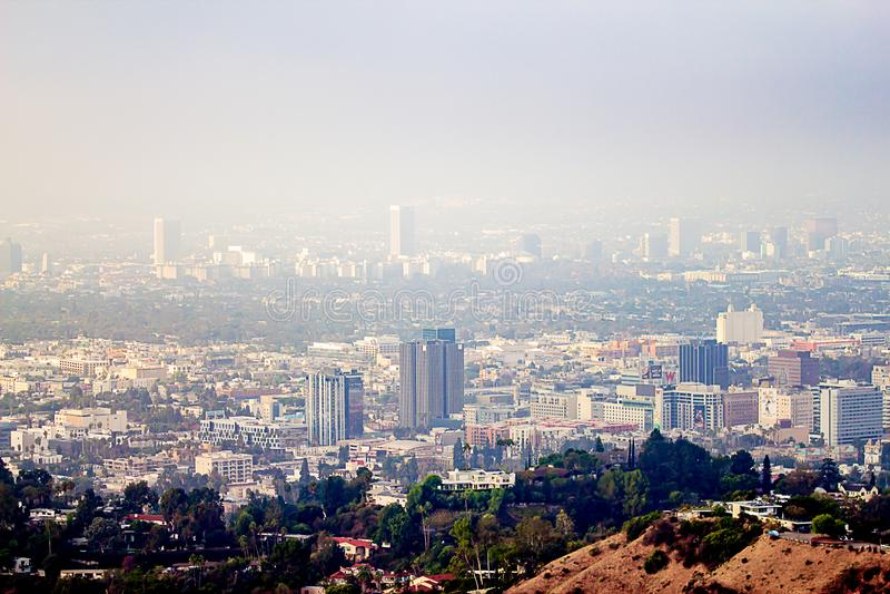 Vue de Hillside des bâtiments de Burbank et de Wilshire en brume image stock