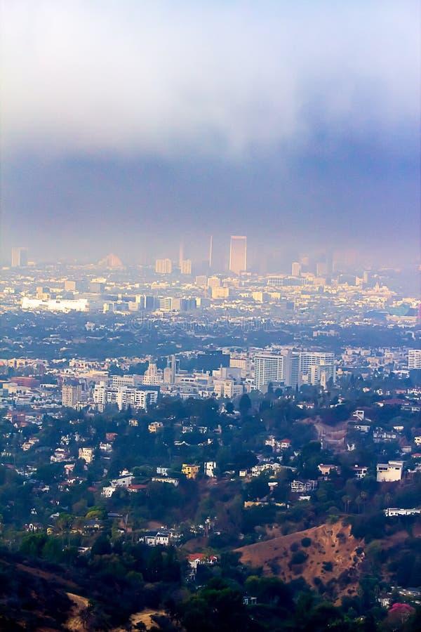 Vue de Hillside des bâtiments de Burbank et de Wilshire en brume photographie stock