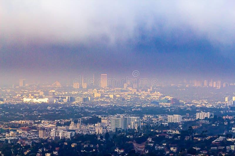 Vue de Hillside des bâtiments de Burbank et de Wilshire en brume photos stock