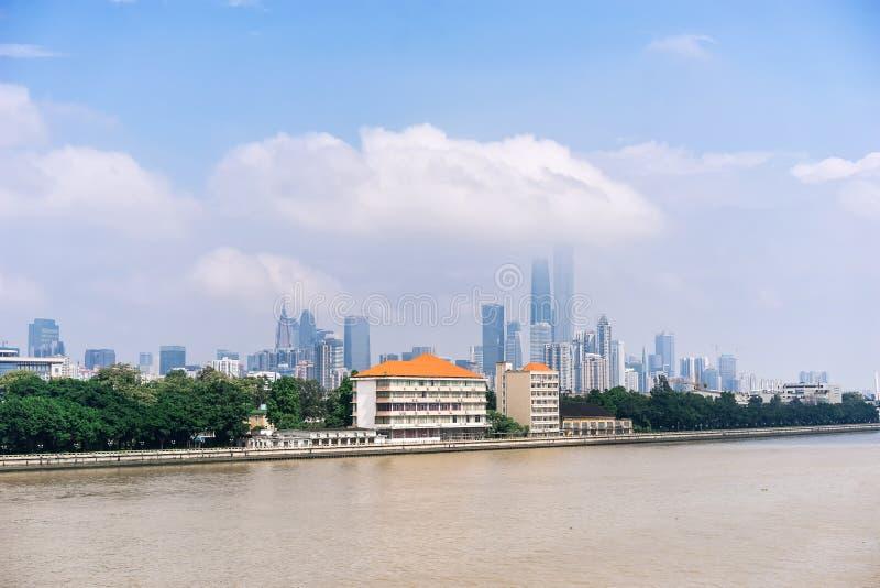 Vue de jour des bâtiments par le Pearl River photo stock