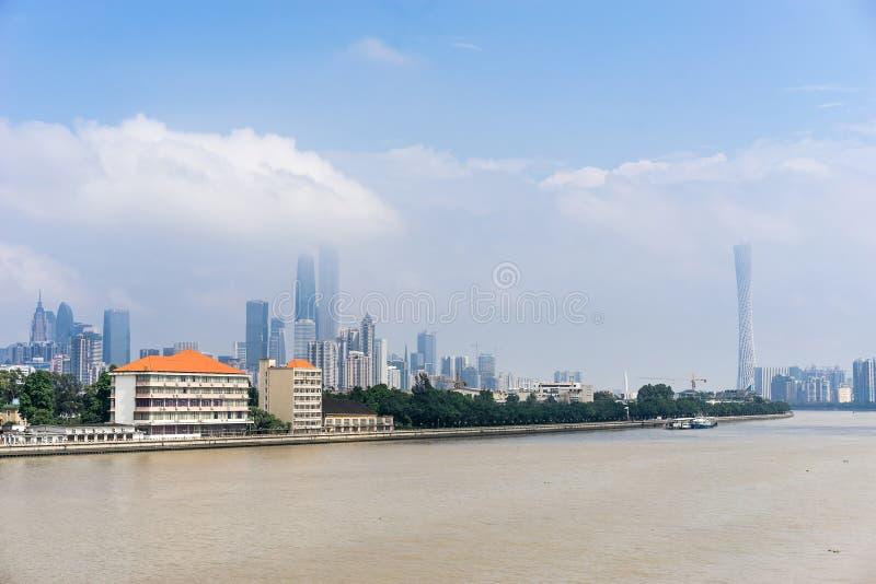 Vue de jour des bâtiments par le Pearl River images stock