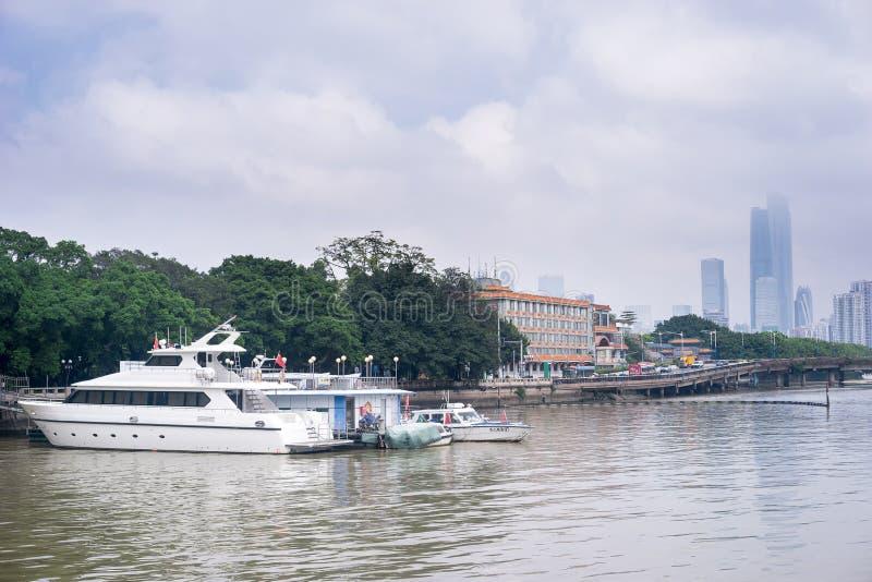 Vue de jour des bâtiments par le Pearl River image stock
