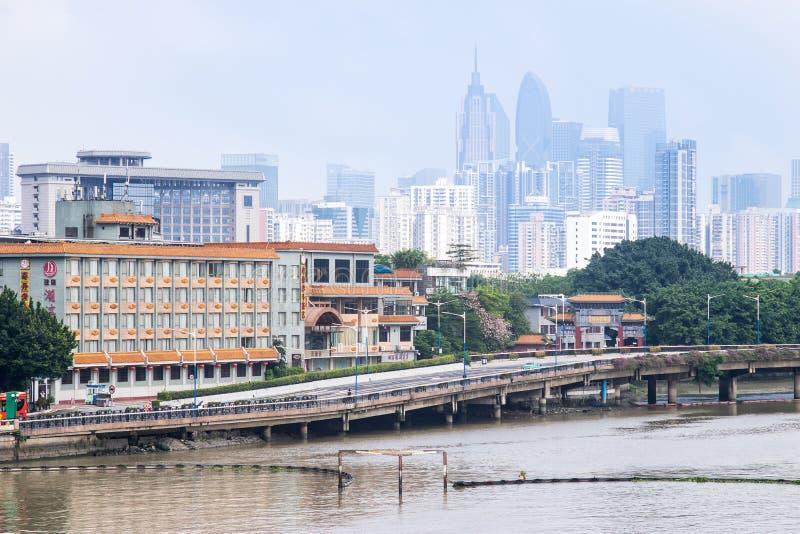 Vue de jour des bâtiments par le Pearl River images libres de droits