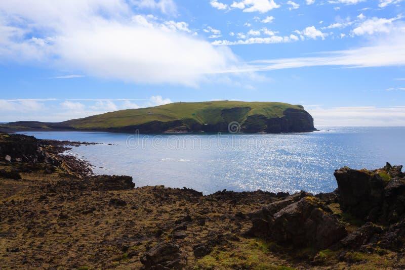 Vue de jour de plage d'?le de Vestmannaeyjar, paysage de l'Islande ?le de Surtsey photos libres de droits