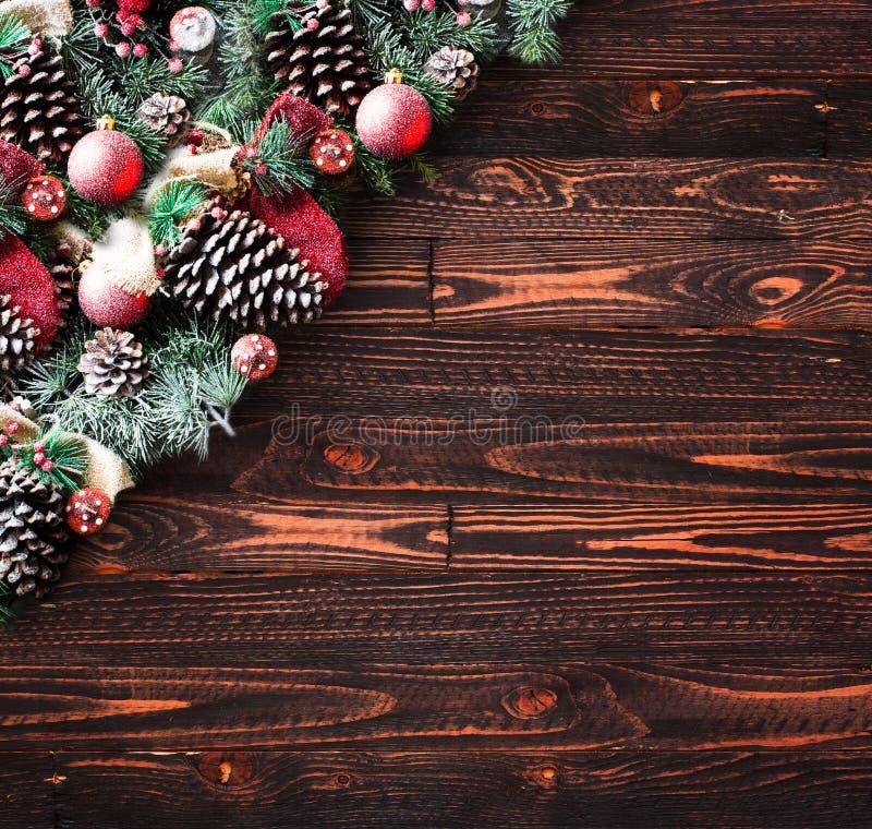 Vue de Joyeux Noël avec la neige et le vrai pin vert en bois photographie stock libre de droits