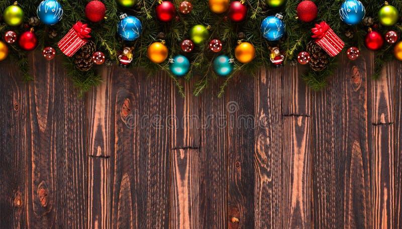 Vue de joyeux noël avec le vrai pin vert en bois et les babioles