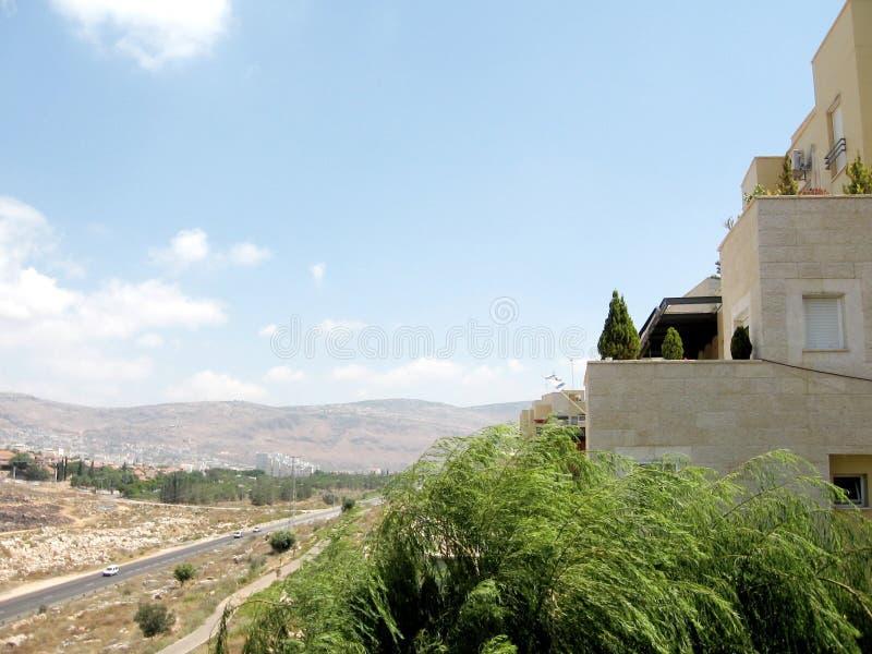 Vue de Karmiel des maisons sur la rue 2008 de Hativat Etsyoni image stock