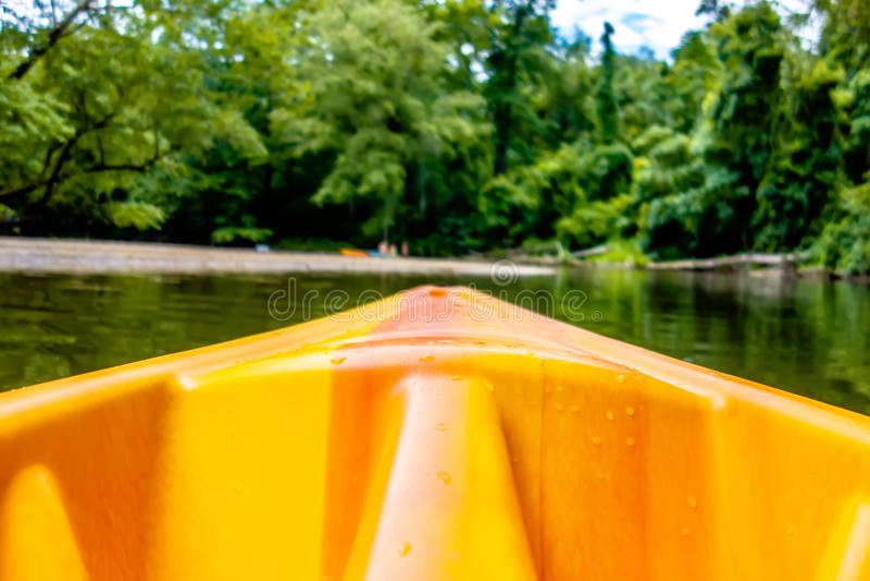 Vue de kayak vers les eaux de précipitation de rivière de montagne images stock