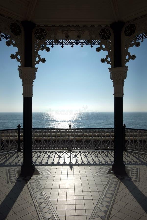 Vue de kiosque à musique de Brighton et du soleil brillant sur une mer bleue et un ciel bleu, Royaume-Uni photos stock
