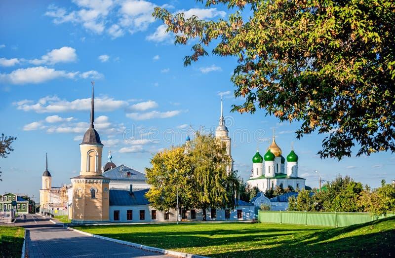 Vue de Kolomna de la cathédrale et du mur du couvent avec une pelouse un jour ensoleillé d'été avec des nuages dans le ciel image stock