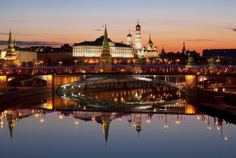 Vue de Kremlin, du grand pont en pierre, de la rivière de Moscou et de leur image retournée dans l'eau à l'aube, Moscou photo libre de droits