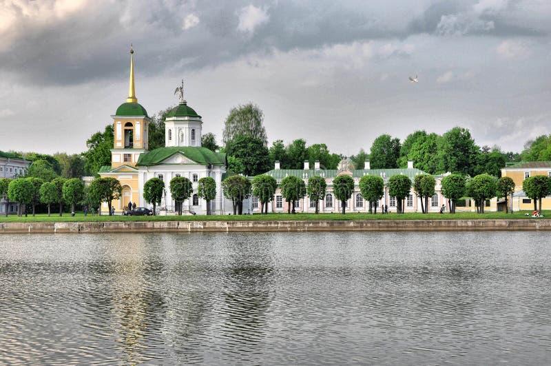 Vue de l'église avec une tour de cloche, Kuskovo, Moscou photos stock