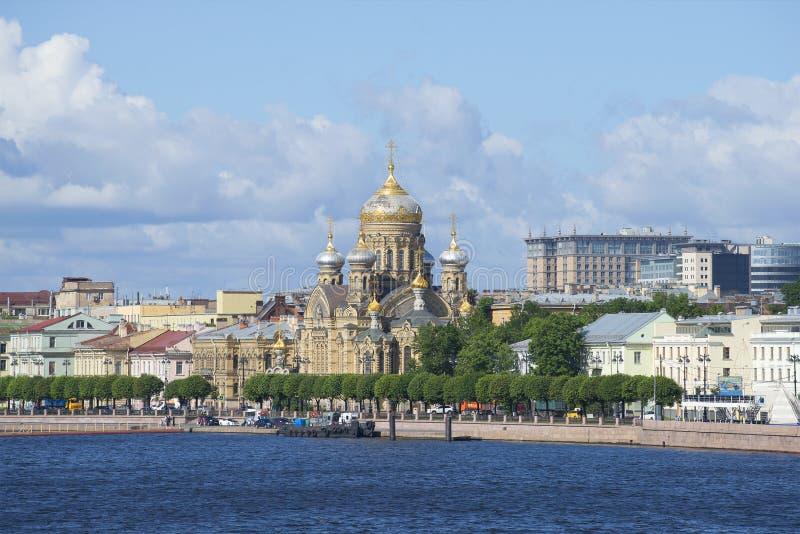 Vue de l'église de l'acceptation de la Vierge Marie bénie sur le quai de lieutenant Schmidt St Petersburg photo stock