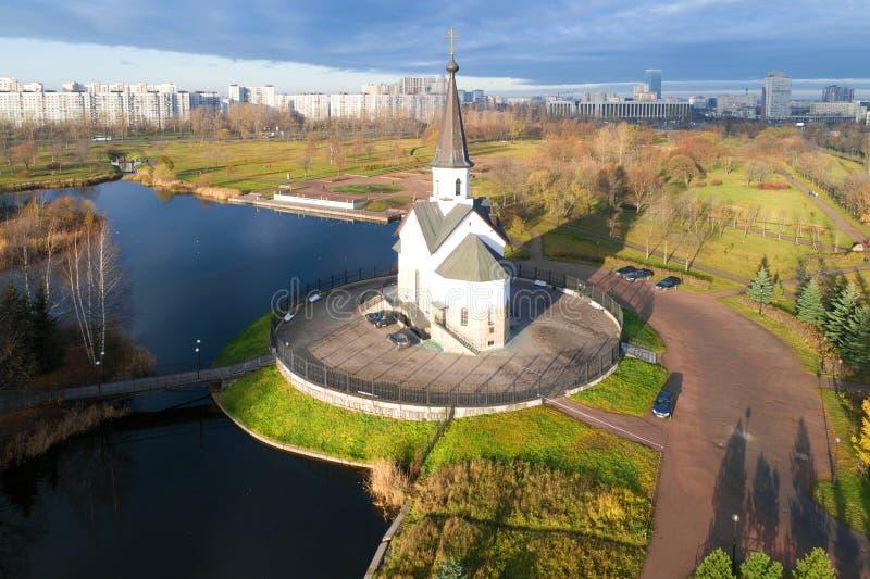 Vue de l'église de St George le victorieux, levé aérien de matin de novembre St Petersburg, Rus photo libre de droits